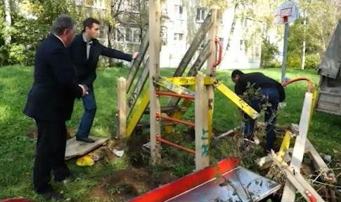 В Ярославле сносят старые детские городки