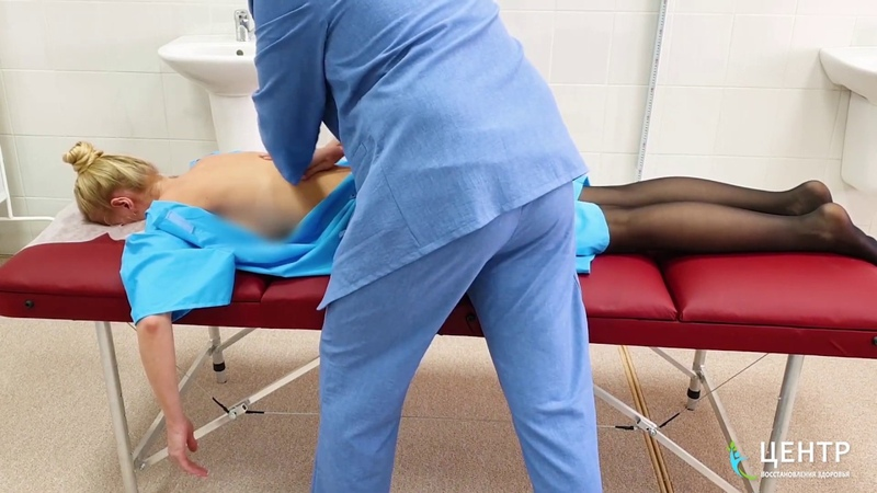 Зажим седалищного нерва с болью в ноге у молодой девушки