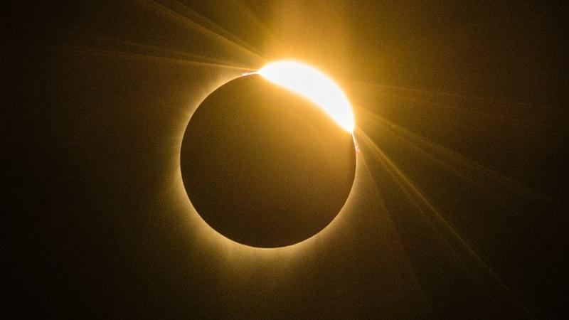 Полное солнечное затмение наблюдали с запада до востока США новости