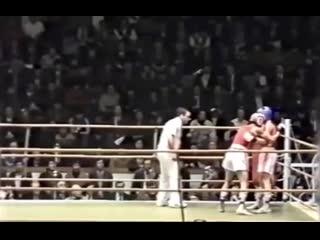 Звездный нокдаун нокаутеров в финале Чемпионата СССР 1989 года. Будущие чемпионы мира по профи - Костя Цзю и Орзубек Назаров.
