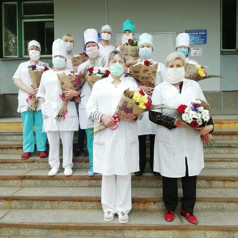 Цветы врачам. Сегодня по поручению губернатора области Валерия Радаева медработникам области, оказывающим помощь пациентам в госпиталях по лечению коронавируса, вручены цветы