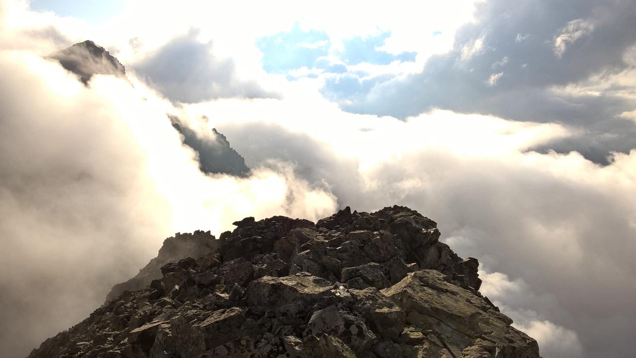 Туман поднимается после дождя в горах