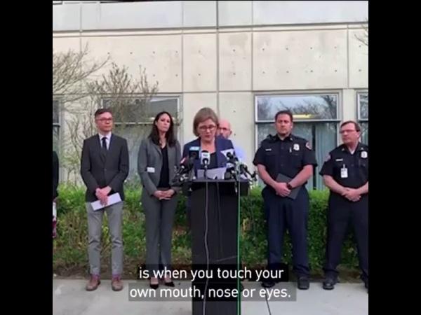 В США чиновница призвала не трогать лицо из за коронавируса и облизала палец