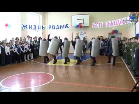 Палкой сверху бей!Палкой снизу бей! на школьном утреннике сотрудники ФСИН РФ учат разгонять акции