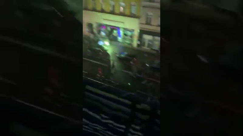 Berlin Neukölln Bengalos werden gezündet und massenhaft Steine fliegen gegen Geschäfte und Autos