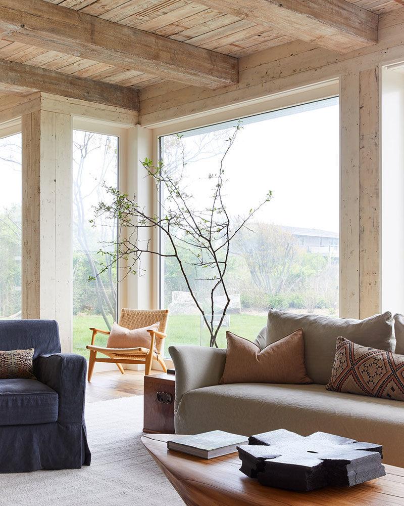 Как сочетать несколько видов дерева в одном интерьере: уютный дом в Хемптонсе    01