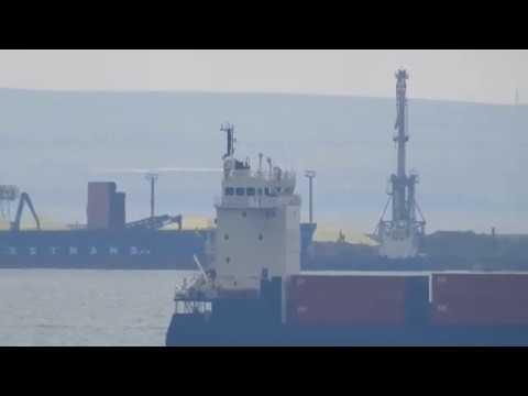 Редко можно увидеть контейнеровоз в керченском проливе.