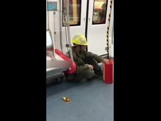 Роботяга в грязной форме не сел на сиденье, но убрал за другим мусор