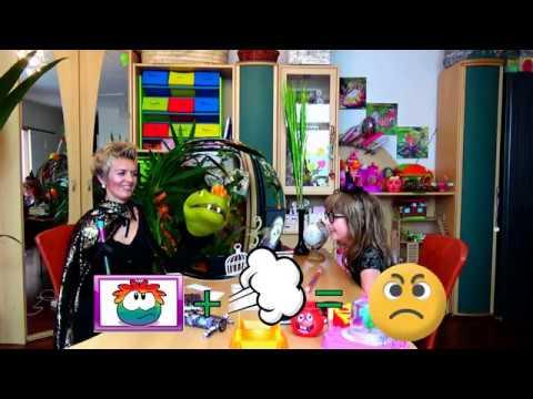Весёлая Вика и мама играют в школу c подушкой пердушкой Vicki Show Вики шоу