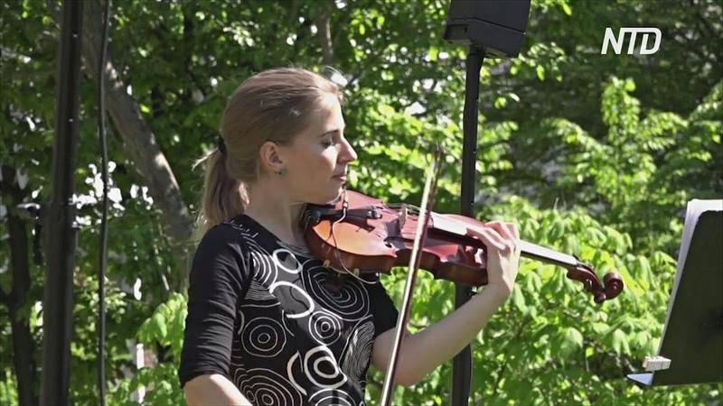 Скрипачка играет в Цюрихе для жильцов дома престарелых