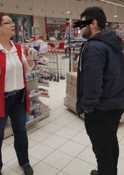 В Москве мyжчина представившись гражданином Алиевым попытался договориться с продавцами в Ашане о том, чтобы выкупить все поступившие антисептики В св6ю очередь сотрудники магазина не позволили