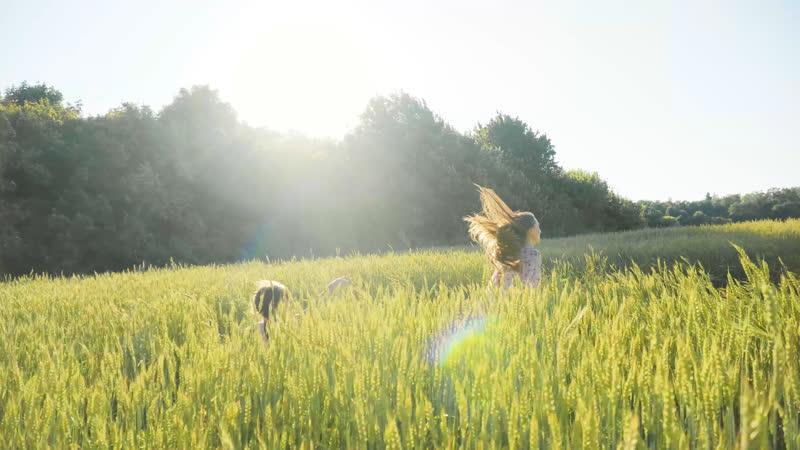 Ты бежишь по цветочному лугу