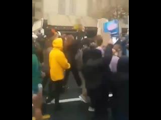 Протестующие исполняют трек 2Pac Changes