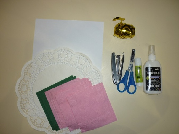Поделка для МАМЫ: Оригинальный нежный букет из салфеток Для поделки нам понадобятся белая офисная бумага, ажурные салфетки, цветные салфетки, клей карандаш, клей ПВА, степлер, ножницы, ленточка