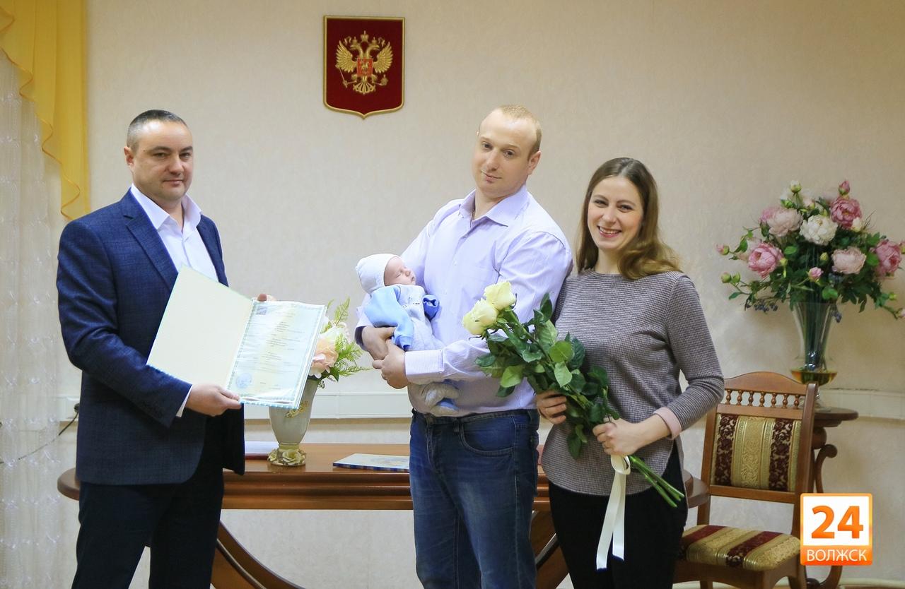 В Волжске поздравили первенца 2020 года и его родителей