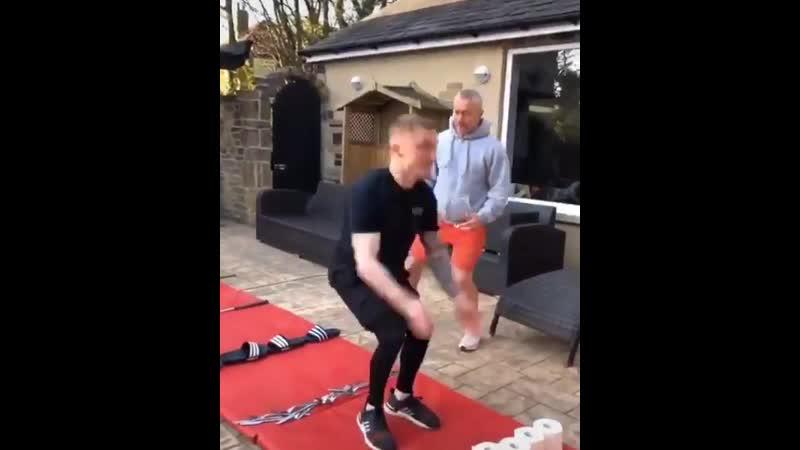 Британский гимнаст Нил Уилсон сам себе придумывает челленджи, чтобы не скучать на карантине, и с удовольствием участвует в уже существующих