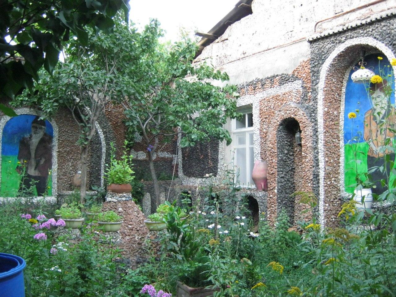 На выходе из музея-лабиринта Левона сад с мозаичными стенами
