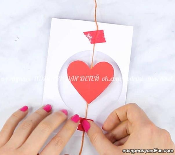 Открытка с крутящимся сердечком Чтобы сердечко при открывании открытки крутилось, нужно перед закрытием провернуть его на нитке несколько раз, а затем аккуратно закрыть