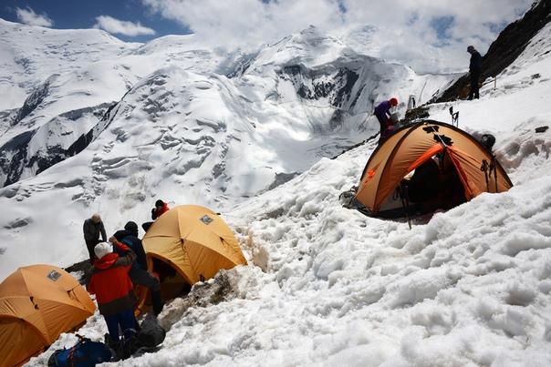 Мы стояли на самой высокой вершине планеты. Мы забрались в эту ввысь, преодолев мороз и ветер, нехватку кислорода и пониженное давление. Лезли сюда, рискуя каждую минуту сорваться, попасть под камнепад, под лавину. Мы отдавали товарищам последний глоток такой желанной здесь воды, уступали друг другу в палатках самое удобное место, согревали своим теплом соседа по биваку, шутили и пели песни, когда ветер пытался сорвать в пропасть палатки вместе с нами…Ради таких минут, ради возможности проверить себя, лучше узнать своих друзей, достичь предела возможного и заглянуть за этот предел – ради всего этого стоит ходить в горы.