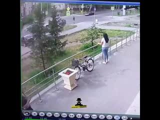 Момент столкновения автомобилей на пересечении проспекта Комсомольского и улицы Интернациональной (Инцидент Барнаул)