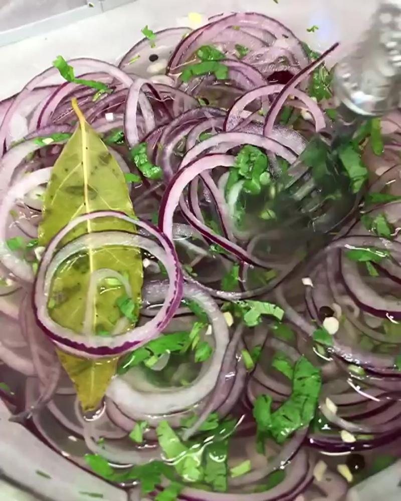Маринованный лук (ингредиенты в описании видео)