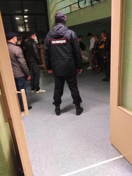 Полиция разгоняет посиделки студентов СПбГУ в Пете...