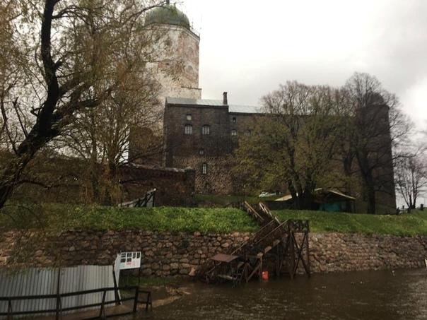 В Выборге затопило подход к замку В Выборгский зам...