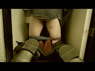 Парни воспользовались девушкой в туалете