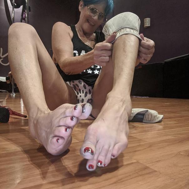Золотые ножки 60-летняя калифорнийка Тамми Болтин зарабатывает около 200 долларов час, что выливается в 3000 долларов в месяц, просто показывая молодым мужчинам свои ступниАмериканка пополнила