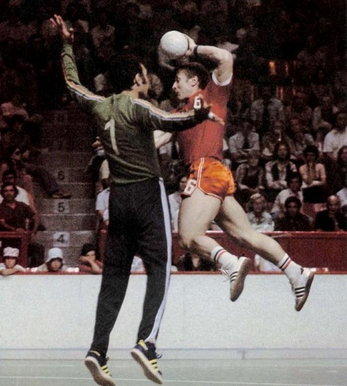 Владимир Кравцов в матче с румынами