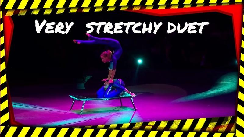 Circus Very stretchy duet of girls цирк пластическийдуэт эквилибр 马戏团 杂技演员 서커스 アクロバット