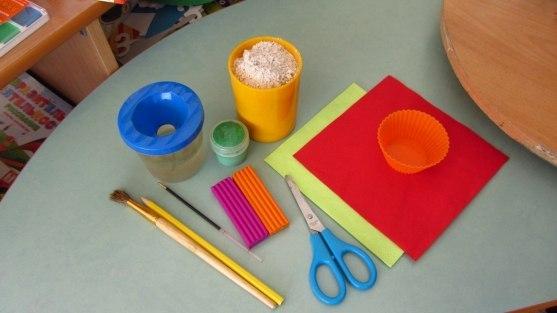 ТОПИАРИЙ. ДЕЛАЕМ ПОДЕЛКУ НА 8 МАРТА «ЦВЕТОК ДЛЯ МАМЫ» Для работы нам понадобится: пластилин, салфетки красного и зелёного цвета, гипс, гелиевая форма, карандаш, стержень, ножницы, вода, гуашь