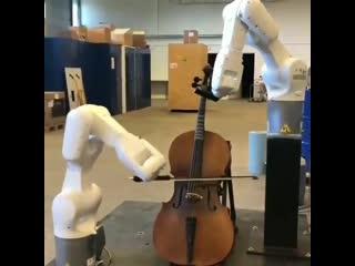 Промышленный робот играет на музыкальном инструменте