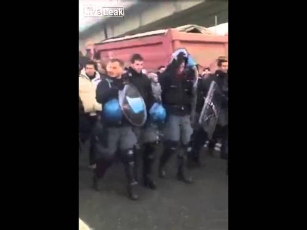 Italien Polizisten nehmen Helme ab und folgen Demonstranten